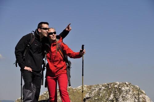 Les bâtons télescopiques conviennent parfaitement pour les randonnées de montagne