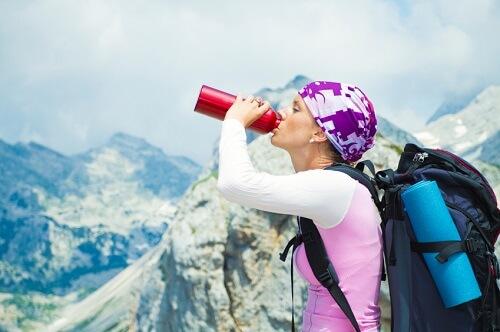 Boire en randonnée pour compenser la perte de liquide