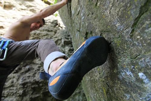 Les chaussons d'escalade s'élargissent et se détendent