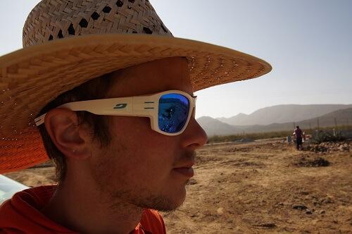 Un chapeau protège de la chaleur et des rayons du soleil